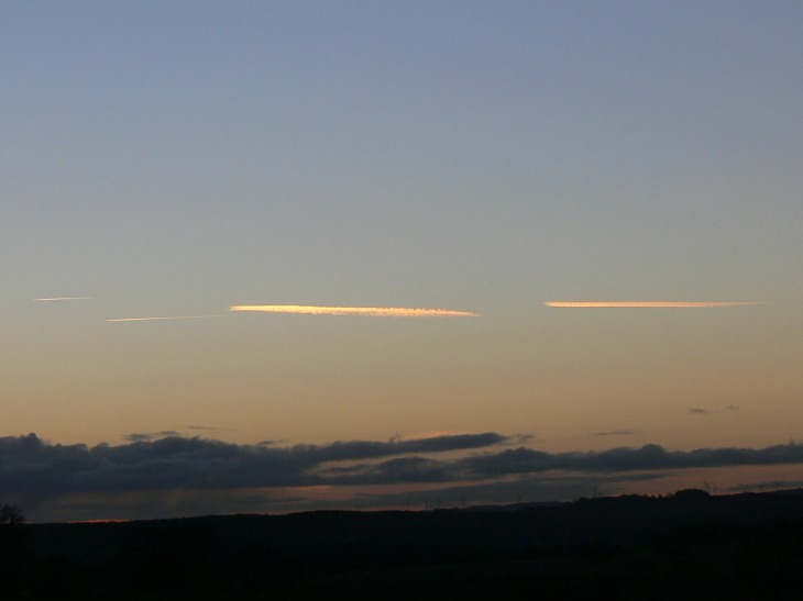 UK chemtrail 16:52 hrs GMT (note time change here in the UK) looking W 29th Oct 2018. The lower jet only makes the second chemtrail ie the furthest to the right.
