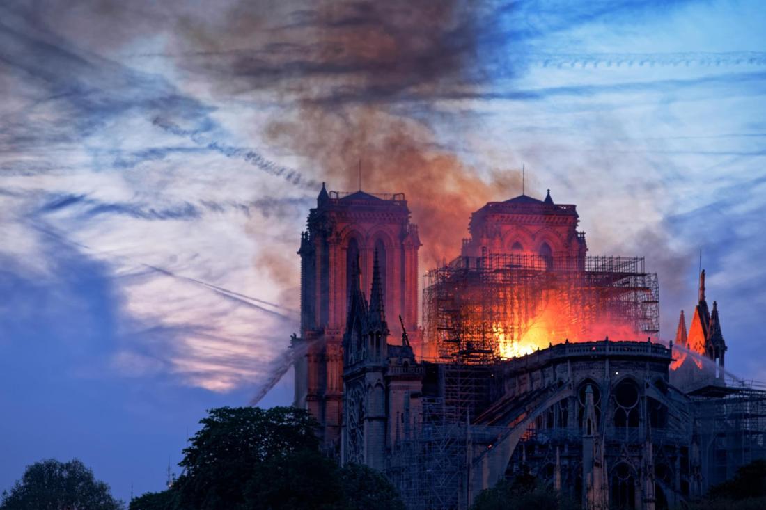 Notre Dame chemtrails at dusk ; 23-25-Notre-Dame-Photo-by-Olivier-Mabel